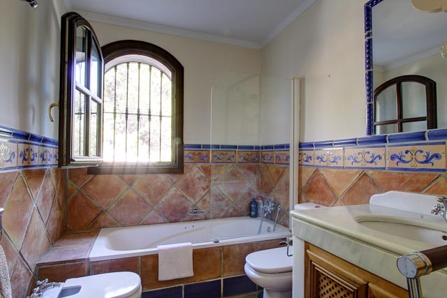 Spanish terracotta bathroom rental tonic - Banos rusticos modernos ...